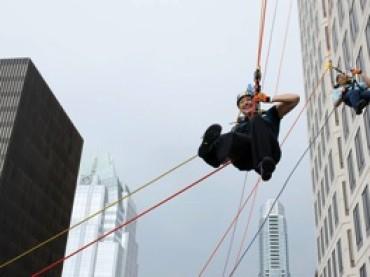 CSR – zjazd na linach z 32-piętrowego budynku – dla ratowania dzieci