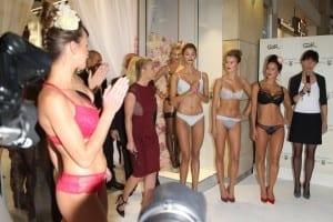 Britney wchodzi tuż przed Pokazem Mody swojej kolekcji Bielizny