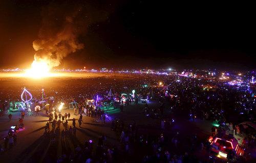 Tysiące obserwujących spalanie wielkiej kukły 5 września...