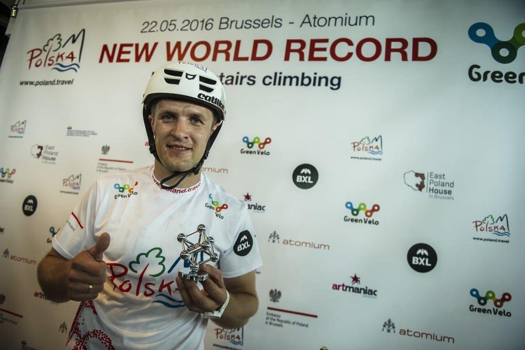 Krystian Herba po biciu rekordu w najszybszym wskoczeniu na rowerze na budowle Atomium . Trialowiec wykrecil czas 14 minut 04 sec . Fot. Patryk Ogorzalek / pogoimages.com